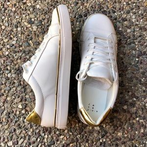 White lace up sneaker with gold detail. Sz.8